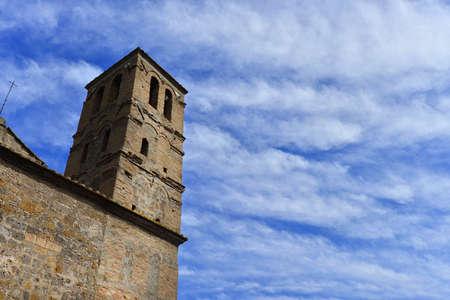 Le beffroi médiéval de l'église de San Giuliano avec des nuages, au centre de l'ancien ruiné de Faleria, une petite ville près de Rome