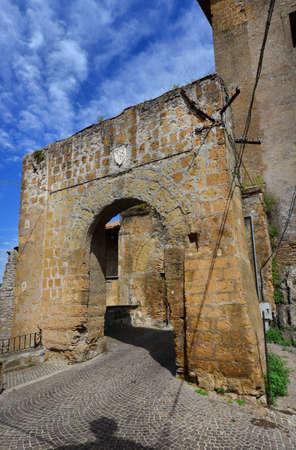 Porte médiévale avec un ancien emblème noble des murs ruinés de Faleria, une petite ville près de Rome