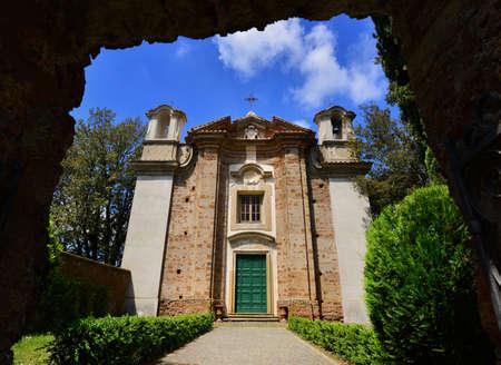 La façade de l'église Saint-Marie-de-la-Mount dans l'ancienne ville de Sutri près de Rome, construite au 18ème siècle