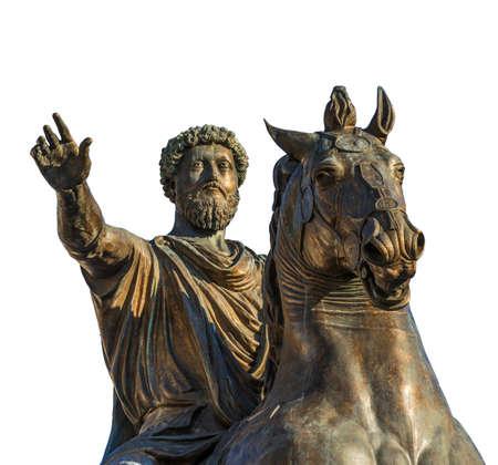 Ancien monument équestre de l'empereur Marcus Aurelius, une réplique en bronze de la statue du deuxième siècle AD au centre de la place Capitol Hill à Rome (isolé sur fond blanc)