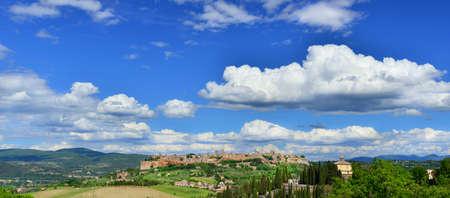 Orvieto vieux panorama de la ville médiévale avec des nuages, dans la campagne italienne Banque d'images