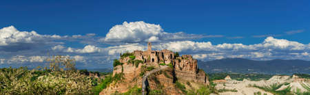 """Civita di Bagnoregio """"la ville qui mourra"""" centre historique médiéval près de Rome, vue panoramique"""