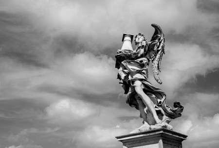 La statue d'ange tenant la colonne sacrée regarde le ciel céleste sur le pont de Sant'Angelo au centre de Rome (noir et blanc)