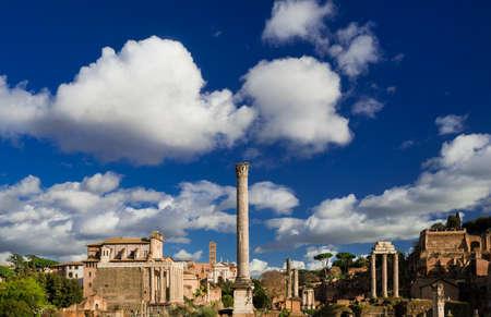 Forum romain des ruines anciennes, des églises et de la colline palatin avec de beaux nuages Banque d'images