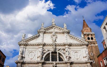 Église Saint-Moïse magnifique façade baroque monumentale à Venise, complétée en 1688, avec des statues de prophètes au sommet et de beaux nuages