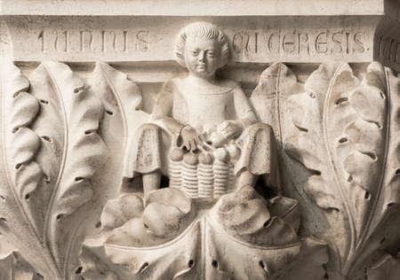 Un panier de paysan avec cerises symbolise le mois de juin, ancien médiévale, soulagement sur la colonne du Palais Doge de Venise