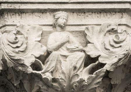 Reine, princesse ou Damesel avec tambourin, ancien soulagement médiéval sur la colonne Venice Doge Palace