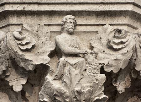 Hercules combat avec Nemean Lion symbolise la force, ancien soulagement médiéval sur la colonne Venice Doge Palace Banque d'images - 81981244