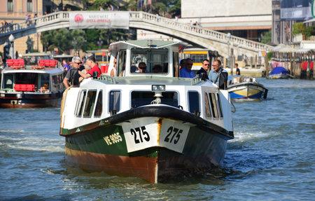 Venise, Italie, 6 août 2015: 'Vaporetti', le ferry caractéristique de Venise, les transports publics de la ville sur l'eau