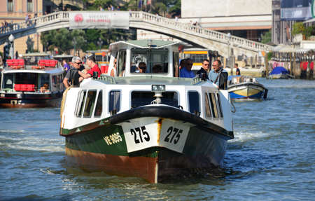 Venise, Italie, 6 août 2015: 'Vaporetti', le ferry caractéristique de Venise, les transports publics de la ville sur l'eau Banque d'images - 81984757