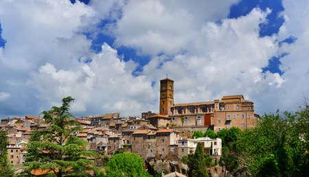 Vue panoramique de l'ancienne cité médiévale de Sutri avec la cathédrale Sainte Marie de l'Assomption au sommet, près de Rome