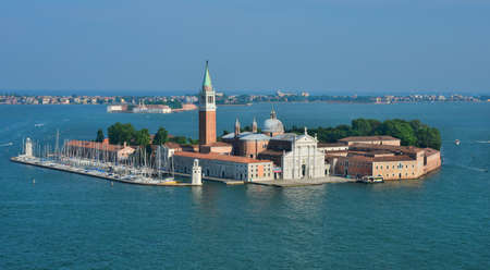 L'île de Saint George dans la lagune de Venise avec la basilique ancienne palladienne Banque d'images - 82417126