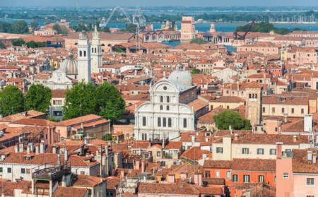 Vue panoramique du centre historique de Venise, avec de vieilles églises, des dômes et des maisons Banque d'images - 82448054