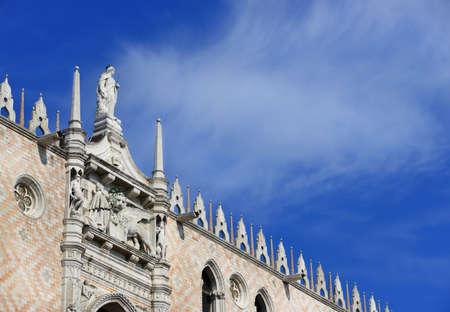 Palais du Doge à Venise avec décor gothique et Saint-Marc Lion (avec nuages ??et espace copie)