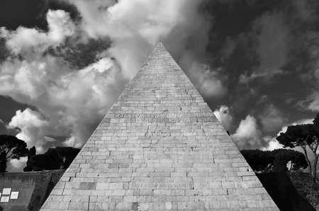 Ancienne pyramide de Cestius avec de beaux nuages, au centre de Rome (Noir et Blanc)