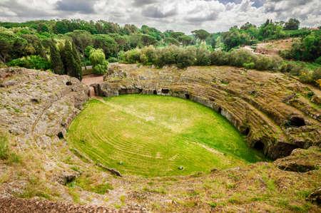 Ancien amphithéâtre en pierre de tuf roman dans la ville de Sutri, près de Rome