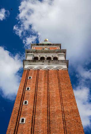 Le clocher de Saint-Marc avec des nuages ??vu d'en bas, au centre de Venise Banque d'images