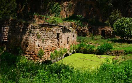 Ruines anciennes de l'ancien moulin à eau de la petite ville de Sutri, près de Rome
