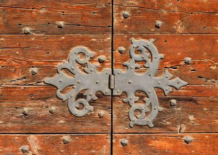 Ancienne charnière en fer sur une porte en bois usée Banque d'images