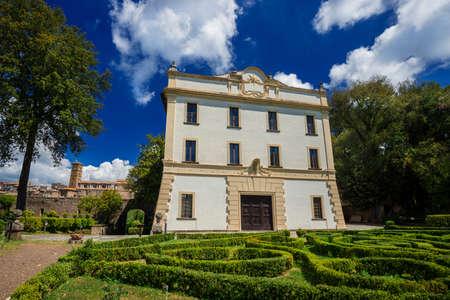 Parc public de Villa Savorelli dans l'ancienne ville médiévale de Sutri, avec une ancienne église et de beaux nuages