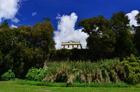 Parc public de Villa Savorelli dans l'ancienne cité médiévale de Sutri avec de beaux nuages, vu de la vallée