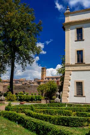 Parc public de Villa Savorelli dans l'ancienne ville médiévale de Sutri, avec une ancienne église et de beaux nuages Banque d'images - 84961989