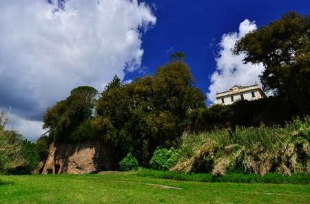 Parc public de Villa Savorelli dans l'ancienne ville médiévale de Sutri, vue depuis le vally avec des grottes préhistoriques