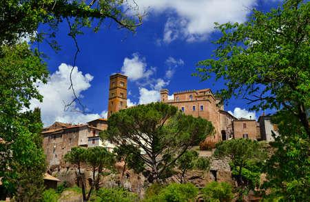 Sutri ancienne cité médiévale près de Rome, vue à travers les bois voisins Banque d'images - 85169163