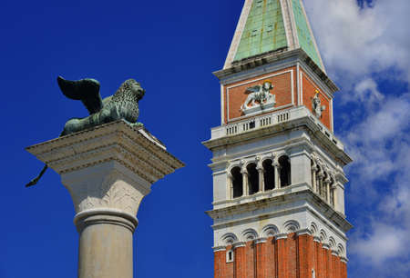 Ancient Venice Lion statue looks at the Saint Mark Bell Tower in Venice Banque d'images