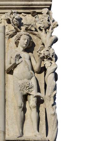 Adam le poing humain dans le jardin d'Eden et le péché originel, une sculpture médiévale à la place Saint-Marc, à Venise (avec copie) Banque d'images - 85169258