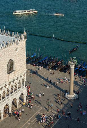 Venise, Italie, 15 juin 2017: la place Saint-Marc et la lagune de Venise avec les touristes, les monuments et les gondoles vus d'en haut Banque d'images - 85379158