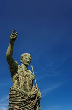 César Auguste, premier empereur de la Rome antique. Ancienne statue de bronze dans le forum impérial (avec espace copie)