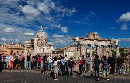 Rome, Italie, 18 septembre 2017: Les touristes admirent la vue magnifique du forum romain et tirent selfie avec des ruines antiques