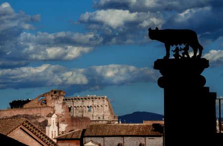 Silhouettes colonne Capitolin Wolf et vue du Forum romain avec le Colisée