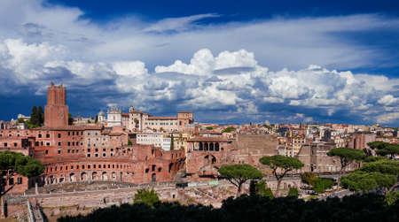 Forteresse impériale des ruines (Forum Augustus et Trajan) vue d'en haut avec des monuments antiques dans le centre historique de Rome Banque d'images