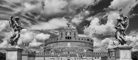 Castel Sant'Angelo (Château de l'Ange Saint) dans le centre de Rome avec de belles statues d'ange baroques et des nuages