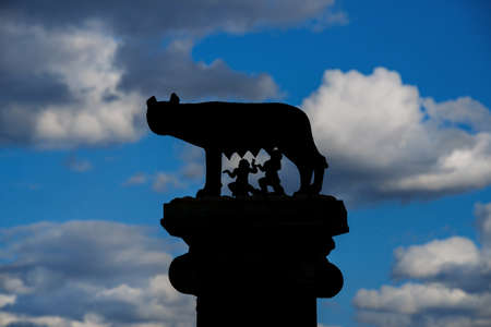 Capitoline Wolf column silhouette with royal children twins and beautiful clouds Banque d'images