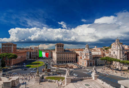 Piazza Venezia (Place de Venise) en plein centre de Rome, vu de l'Autel de la Nation