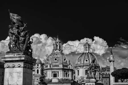 Églises jumelles beaux dômes avec l'ancienne Colonne de Trajan et nuages, vu de l'autel de la Nation Monument dans le centre de Rome (noir et blanc)