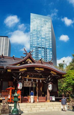 Tokyo, Japon, 8 octobre 2017: Tradition et modernité au Japon. Les gens prient dans un vieux temple sous les gratte-ciel modernes à Tokyo.