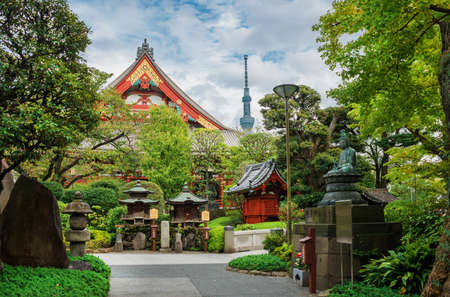 Tokyo, Japan, October 18, 2017: Tradition and Modernity in Japan. View of Asakusa Old Buddhist Temple, shrines with the modern Skytree Tower in Tokyo Éditoriale