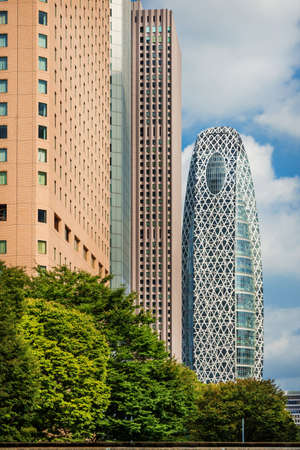 Tokyo, Japon, 8 octobre 2017: gratte-ciels modernes du quartier de Shinjuku à Tokyo avec la tour Coccon