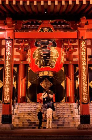 Tokyo, Japon, 10 octobre 2017: Des gens prient au temple du bouddhisme Senso-ji à Asakusa