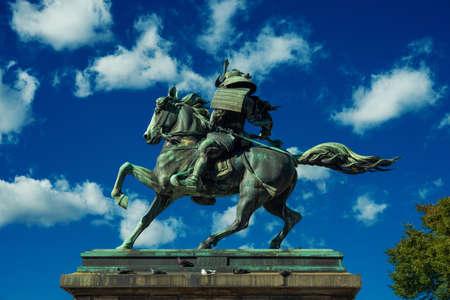 Kusunoki Masashige samouraï statue équestre en bronze érigée en 1897 dans le centre de Tokyo avec nuages ??et pigeons