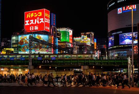 Tokyo, Japon, 11 octobre 2017: La vie nocturne à Tokyo. Les gens traversent un carrefour très occupé sous les lumières du district de Shinjuku