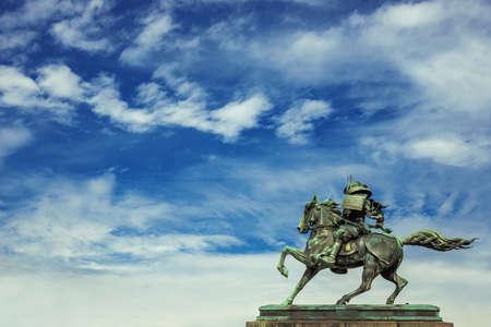 Kusunoki Masashige samouraï statue équestre en bronze érigée en 1897 dans le centre de Tokyo, contre beau ciel avec des nuages