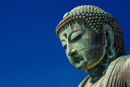 Grand Bouddha de Kamakura, une ancienne statue de bronze érigée en 1252 près de Tokyo, Japon (avec espace copie) Banque d'images