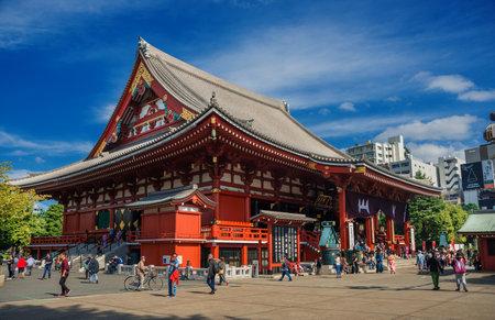 Tokyo, Japon, 18 octobre 2017: Les touristes visitent le vieux temple bouddhiste Senso-ji pendant le Golden Dragon Dance Festival à Asakusa Éditoriale