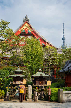 Tokyo, Japan, October 18, 2017: Tradition and Modernity in Japan. People pray in an old temple under the modern Skytree Tower in Tokyo. Éditoriale