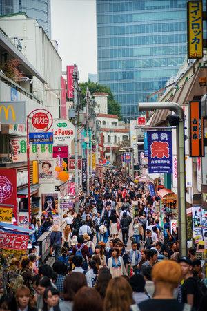 Tokyo, Japon, 12 octobre 2017: Takeshita Street à Tokyo, un endroit très célèbre et branché pour les jeunes Japonais